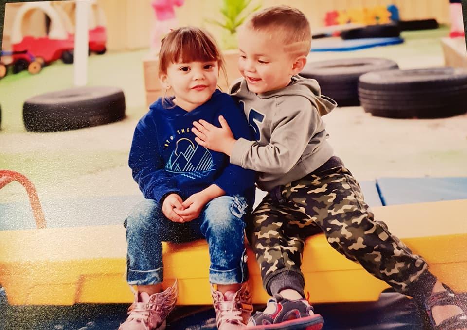 Gemeni, nascuti la 28 de saptamani, se tin de mana pe pieptul tatalui! Cata dragoste incape in inimioarele mici ale prematurilor VIDEO | Demamici.ro