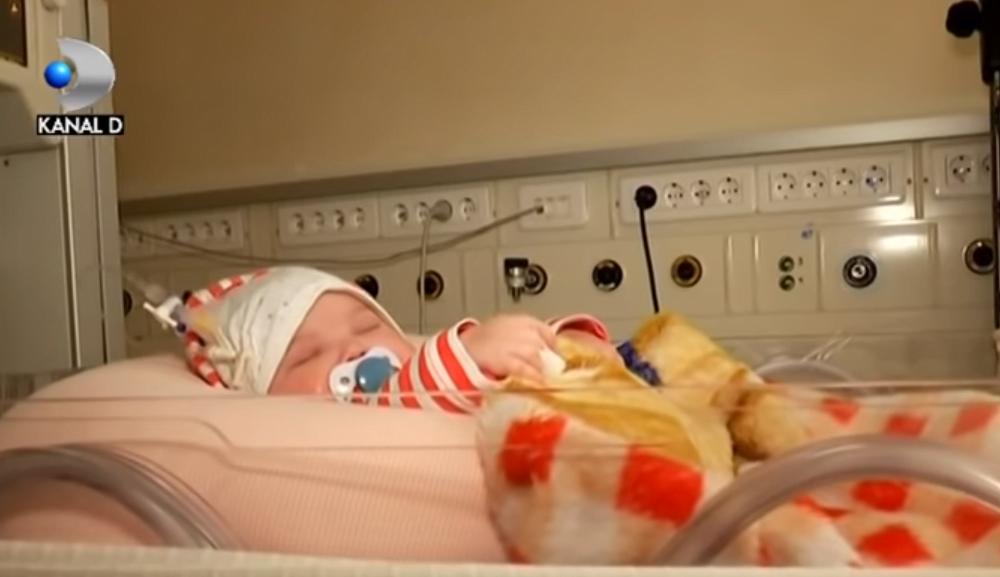 Povestea bebelusilor bolnavi, abandonati in sectia de terapie intensiva la Marie Curie. O imbratisare sau o mangaiere inseamna totul pentru ei. Si tu le poti oferi iubire, afla cum