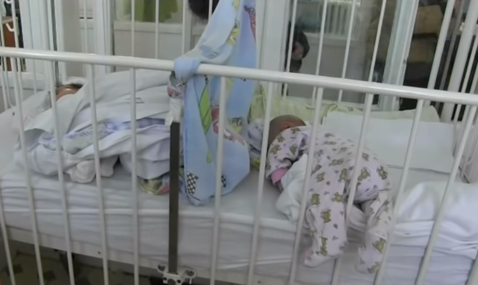 Atentie la viroze! Bebelusi bolnavi si mame chinuite, obligate sa doarma cu micutii in patuturi - imagini din spital | Demamici.ro