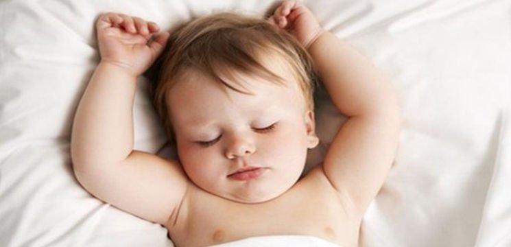 De ce nu e bine sa culcam bebelusii pe perna. De la ce varsta o putem introduce in somnul copiilor   Demamici.ro