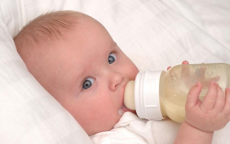 Nu stii de ce-mi hranesc copilul cu lapte din biberon asa ca NU JUDECA! | Demamici.ro