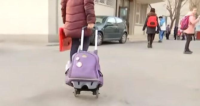 Ghiozdanele prea grele, un pericol pentru sanatatea copiilor. Parerea medicului VIDEO| Demamici.ro